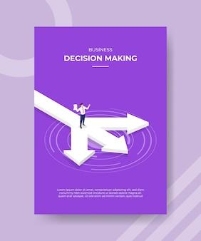 Geschäftsentscheidungsmänner halten papier, das auf der straße mit drei pfeilen für vorlagenflieger steht