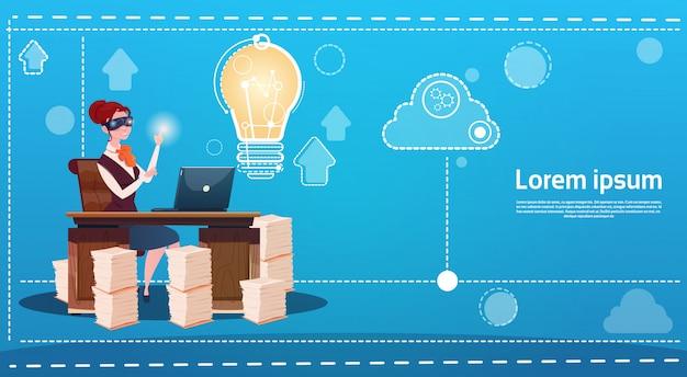 Geschäftsfrau-abnutzungs-digital-wirklichkeits-gläser neuer ideen-startkonzept-laptop-arbeitsplatz
