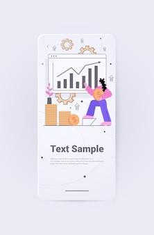 Geschäftsfrau analysiert diagramme und grafiken datenanalyseprozess digitale marketingplanung