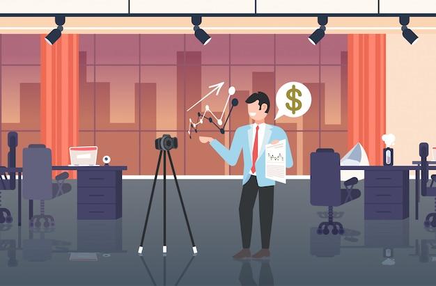 Geschäftsfrau blogger erklärt diagramme finanzdiagramm geschäftsmann aufnahme online-video mit kamera auf stativ präsentation blogging-konzept modernes büro interieur in voller länge horizontal