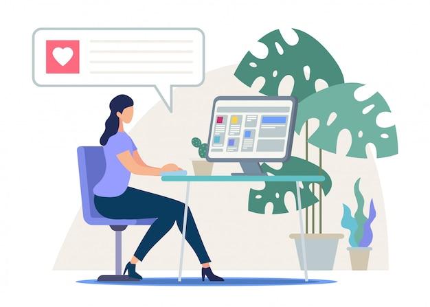 Geschäftsfrau, die am arbeitsschreibtisch arbeitet an computer sitzt