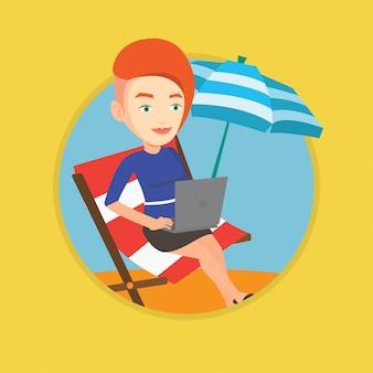Geschäftsfrau, die am laptop am strand arbeitet.