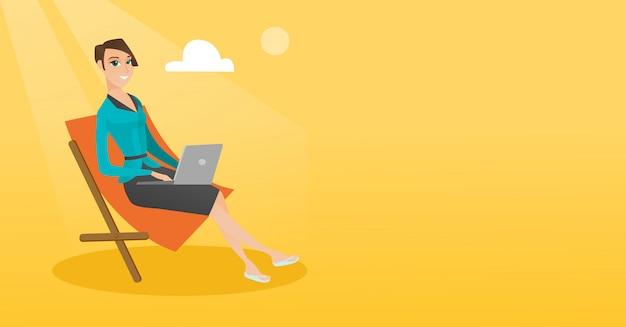 Geschäftsfrau, die an laptop am strand arbeitet.