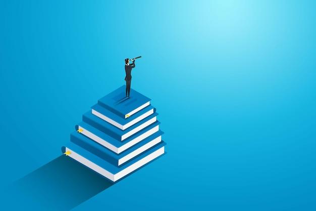 Geschäftsfrau, die auf einem buch steht, um die zukünftige ausbildung für erfolg und karriere zu finden