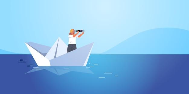 Geschäftsfrau, die auf papierboot in der seegeschäftsfrau segelt, die in der binokularen zukünftigen gelegenheitsführungskonzept-seestück-hintergrundillustration schaut