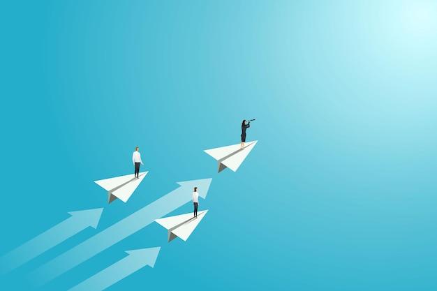 Geschäftsfrau, die auf papierflugzeug steht schauen sie sich chancen oder strategien an