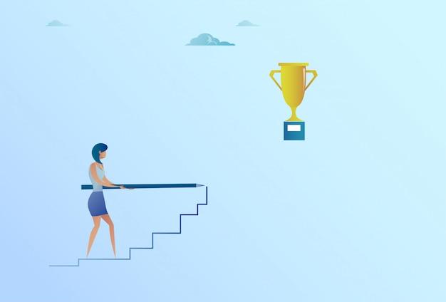 Geschäftsfrau, die auf treppe bis zum goldenen pokalsieger-erfolgs-konzept zeichnet