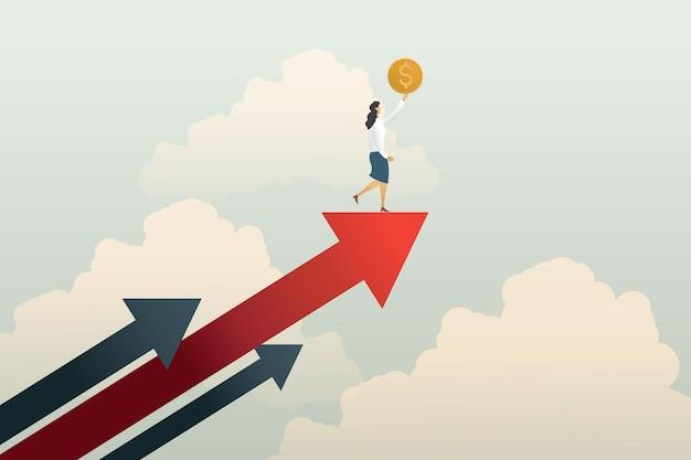 Geschäftsfrau, die eine münze hält, die auf einem aufsteigenden roten pfeil vor einem erfolgreichen geschäftshimmelhintergrund steht standing