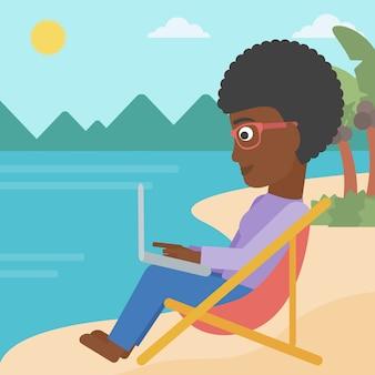 Geschäftsfrau, die im wagenaufenthaltsraum mit laptop sitzt.