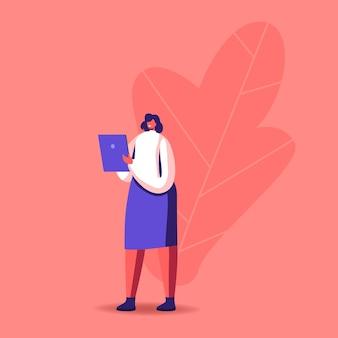 Geschäftsfrau, die informationen auf digitalem tablett liest.