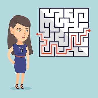 Geschäftsfrau, die labyrinth mit lösung betrachtet.