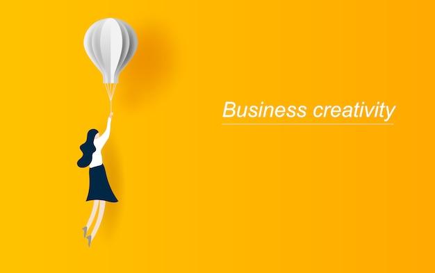 Geschäftsfrau, die mit ballon fliegt.