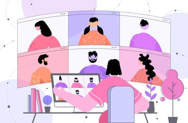 Geschäftsfrau, die mit kollegen während des virtuellen videoanrufs diskutiert