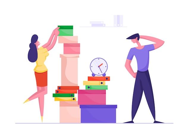 Geschäftsfrau, die papierdokumente in ordnern in großem haufen für überarbeiteten büroangestellten legt