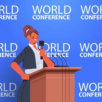 Geschäftsfrau, die rede auf tribüne mit mikrofon auf vertikaler illustration der internationalen weltkonferenz des unternehmens hält