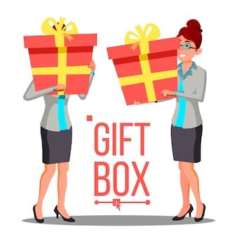 Geschäftsfrau, die rote geschenkbox hält