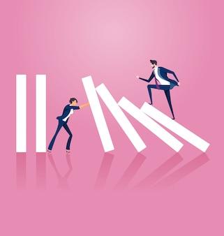 Geschäftsfrau, die versucht, dominoeffekt zu stoppen