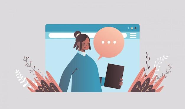 Geschäftsfrau, die während des videoanrufs geschäftsfrau mit chat-blasensprache chattet