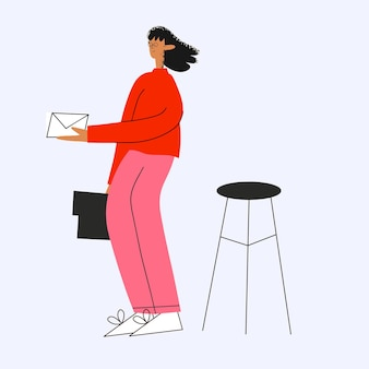 Geschäftsfrau erhält eine mitteilung in einem umschlag