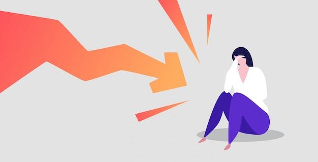 Geschäftsfrau frustriert über den ökonomischen pfeil, der unten finanzkrise-bankrott-investitionsrisikokonzept fällt, betonte die geschäftsfrau, die das hauptdiagramm hält, das sich horizontal in voller länge abwärts bewegt