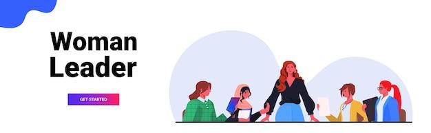 Geschäftsfrau-führer, der mit geschäftsmann-team während des konferenztreffens in der horizontalen porträtvektorillustration des büroteamwork-konzepts diskutiert