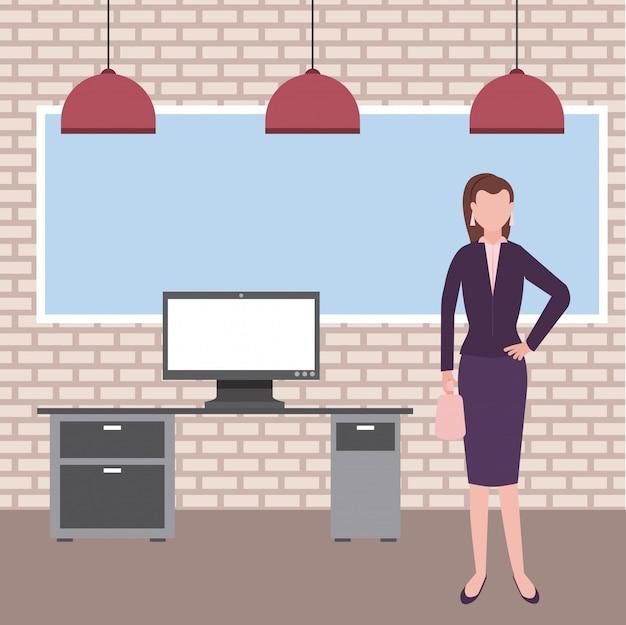 Geschäftsfrau im büro mit computer