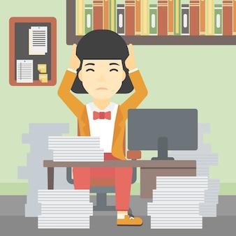 Geschäftsfrau in der verzweiflung, die im büro sitzt