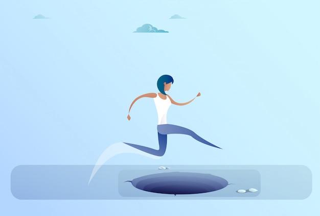 Geschäftsfrau jump over gap zum erfolgsgeschäftsfrau-risikokonzept
