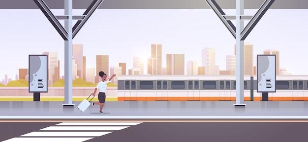Geschäftsfrau läuft, um zugfrau mit gepäck auf bahnhofsstadt öffentlichen verkehrsmitteln der weiblichen zeichentrickfigur stadtbildhintergrund in voller länge horizontales banner zu fangen