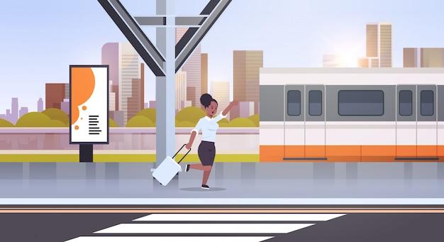 Geschäftsfrau läuft, um zugfrau mit gepäck auf bahnhofsstadt öffentlichen verkehrsmitteln weiblicher zeichentrickfigur-stadtbildhintergrund in voller länge horizontal zu fangen