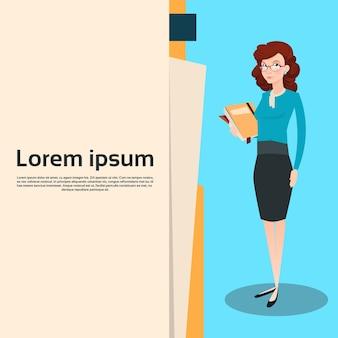 Geschäftsfrau-manager hold document folder