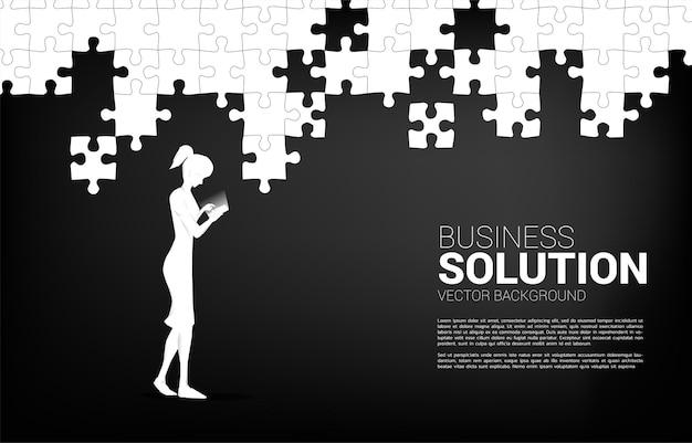 Geschäftsfrau mit handy und puzzleteil passen zusammen. online-geschäftskonzept von lösung und business matching.
