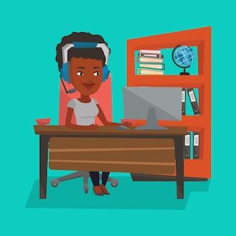 Geschäftsfrau mit headset, das im büro arbeitet.