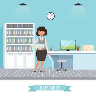 Geschäftsfrau mit projektplänen und gerollten bauplänen für ingenieurjobs. büroarbeitsplatz mit tisch, monitor, lampen, stuhl, uhr und schrank mit ordnern.
