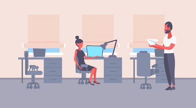 Geschäftsfrau sitzen arbeitsplatz geschäftsmann holding papier flugzeug mann frau paar zusammenarbeiten planen zukunft geschäftsstrategie modernes büro innen flach horizontal