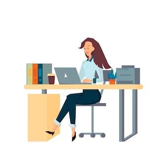 Geschäftsfrau sitzt auf bürostuhl an einem computertisch sie schaut auf den laptop