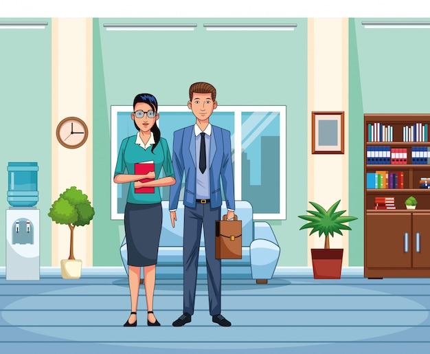 Geschäftsfrau und mann, die am bürolandschaftshintergrund stehen