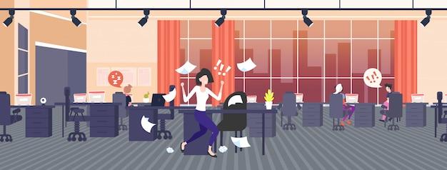 Geschäftsfrau wirft papierblätter wütend emotionale geschäftsfrau schreit auf arbeiter schlechten job konflikt problem konzept moderne zusammenarbeit open space office interieur in voller länge