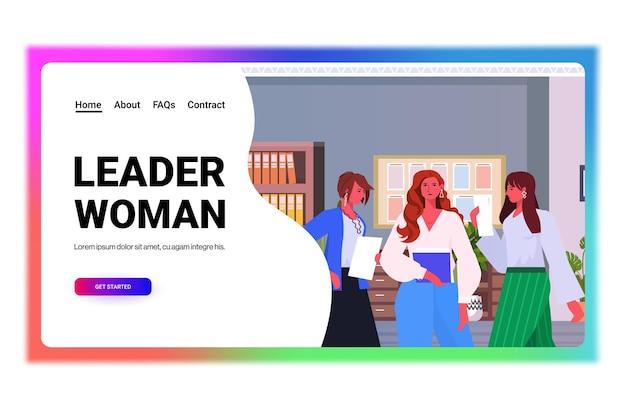 Geschäftsfrauenführer in der formellen abnutzung, die zusammen erfolgreiches geschäftsfrauen-teamführungskonzept des modernen büroinnenraums horizontale porträtkopieraum-vektorillustration zusammenarbeitet