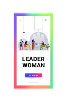 Geschäftsfrauführerin, die mit geschäftsmann-team-teamarbeitskonzept arbeitet modernes büroinnenraum vertikale vektorillustration in voller länge