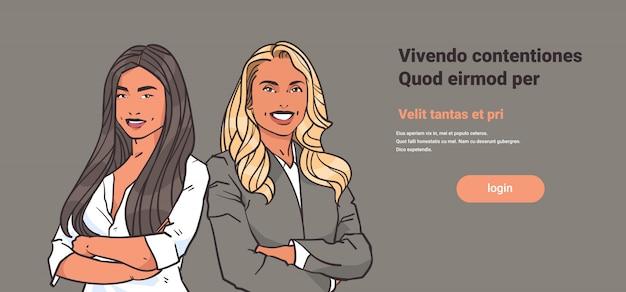 Geschäftsfraupaare falteten hände werfen blonde geschäftsfrauen des brunette auf