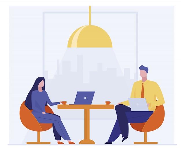 Geschäftskollegen trinken gemeinsam kaffee