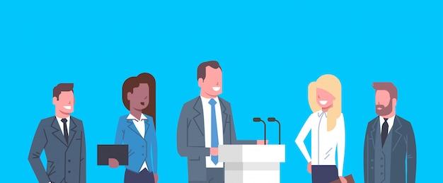 Geschäftskonferenz-öffentliche debatten-interview-konzept-wirtschaftler-sitzung