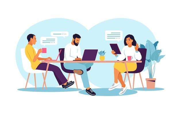 Geschäftsleute arbeiten zusammen. coworking space mit kreativen oder geschäftsleuten, die am tisch sitzen. flache moderne vektorillustration.