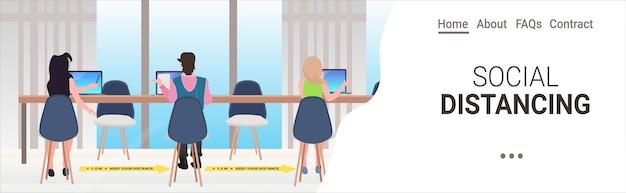 Geschäftsleute, die abstand halten, um den schutz vor coronavirus-epidemien zu verhindern, schützen den horizontalen kopierraum im büro