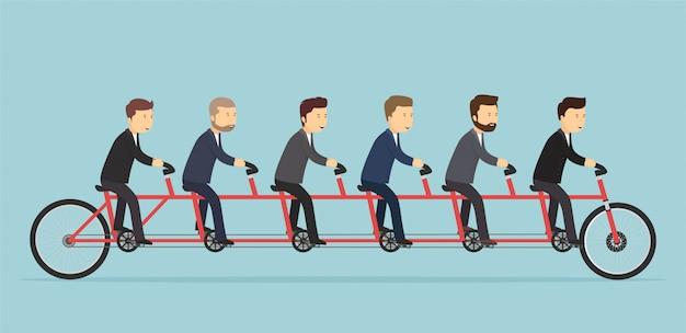 Geschäftsleute, die auf einem fünfsitzigen fahrrad fahren. team gemeinsames erfolgskonzept.