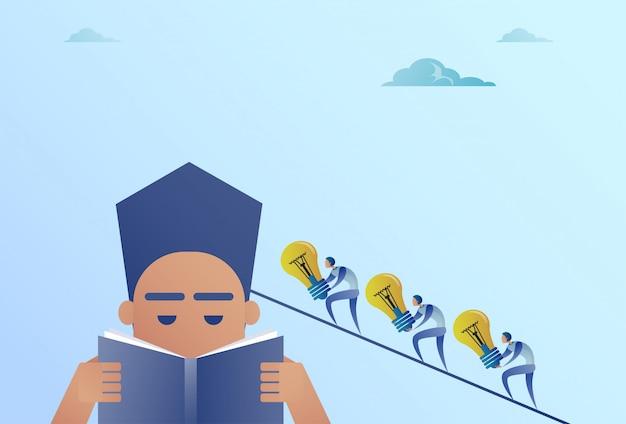 Geschäftsleute, die die glühlampen gehen zu geschäftsmann head reading book idea teamwork concept halten