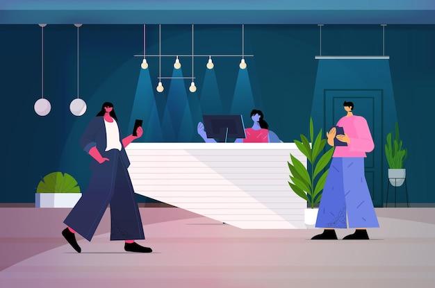 Geschäftsleute, die digitale geräte verwenden geschäftsleute, die in modernen dunklen nachtbüros arbeiten, horizontale vektorillustration in voller länge
