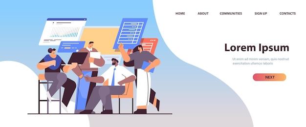 Geschäftsleute, die finanzdaten auf der landingpage von diagrammen und grafiken analysieren