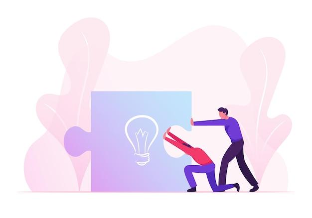 Geschäftsleute, die großes puzzleteil mit glühbirnenzeichen zusammenschieben. karikatur flache illustration